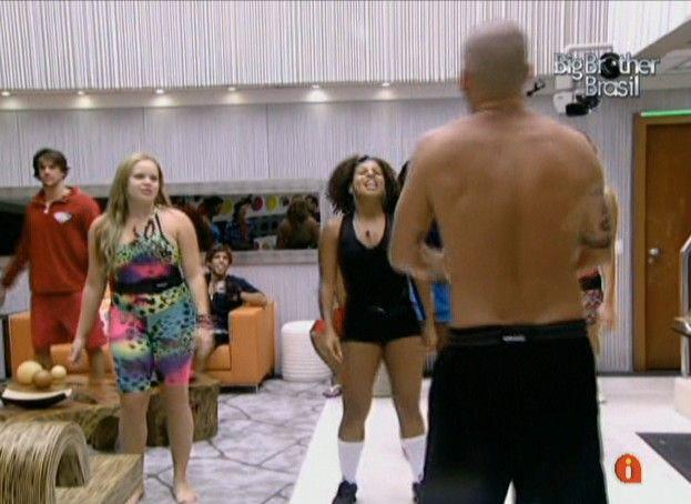 Diogo ensaia coreografia com os colegas (12/01/11)