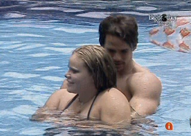 Rodrigo abraça Paula (12/01/11)