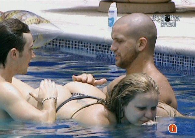 Igor e Diogo dão tapas na bunda de Paula (12/01/11)