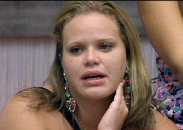 Paula diz para Bial que não está apaixonada por Cris, mas que se tivesse que ficar com alguém da casa, seria com ele (23/01/11)