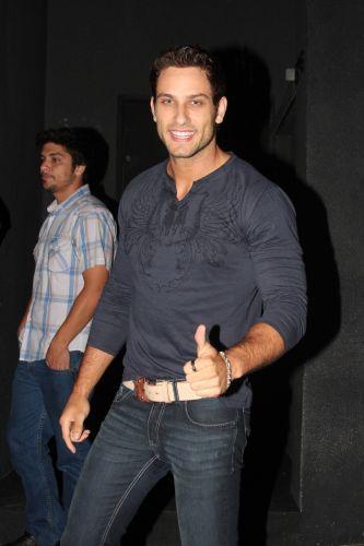 O ex-BBB Eliéser chega para a festa de lançamento da revista VIP da ex-BBB Adriana, em São Paulo, na noite desta quinta-feira (31/3/2011)
