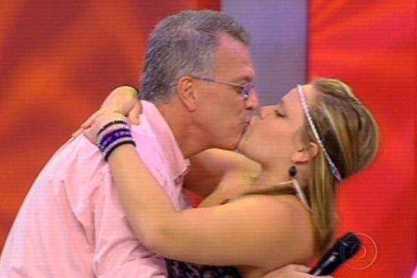 Paula não perdeu oportunidade e assim que deixou a casa do BBB11 tascou um beijo em Pedro Bial
